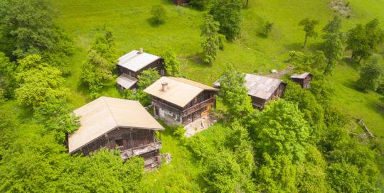 Luftbildaufnahme AIRinspector:: Almhütte im Sommer in den Alpen, Österreich
