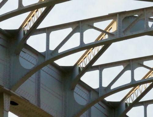 Brückeninspektion mit Drohne. 42Mp Foto Foto und UHD Live Video